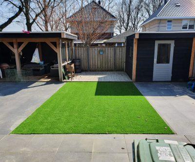 Beste Kunstgras tuin met tuinhuis