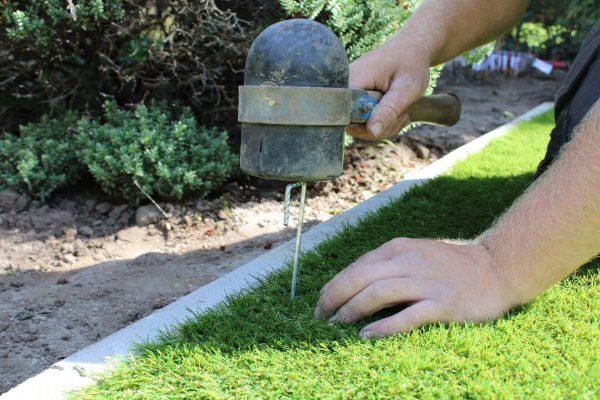 kunstgras zelf leggen tuin plaatsen pinnen